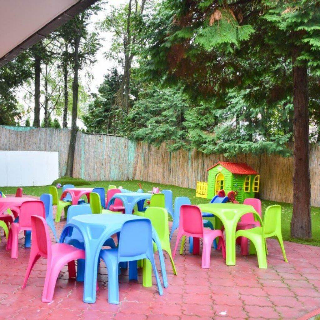 stolovi i stolice u dvoristu privatnog vrtica na banovom brdu